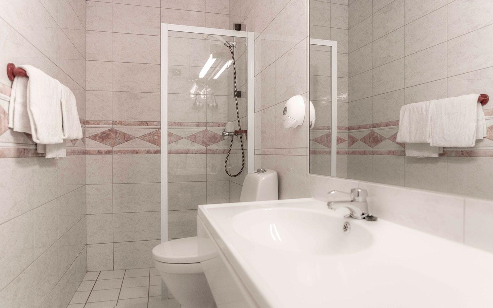 Melbu Hotell - standard dobbeltrom - bad med dusj og toalett