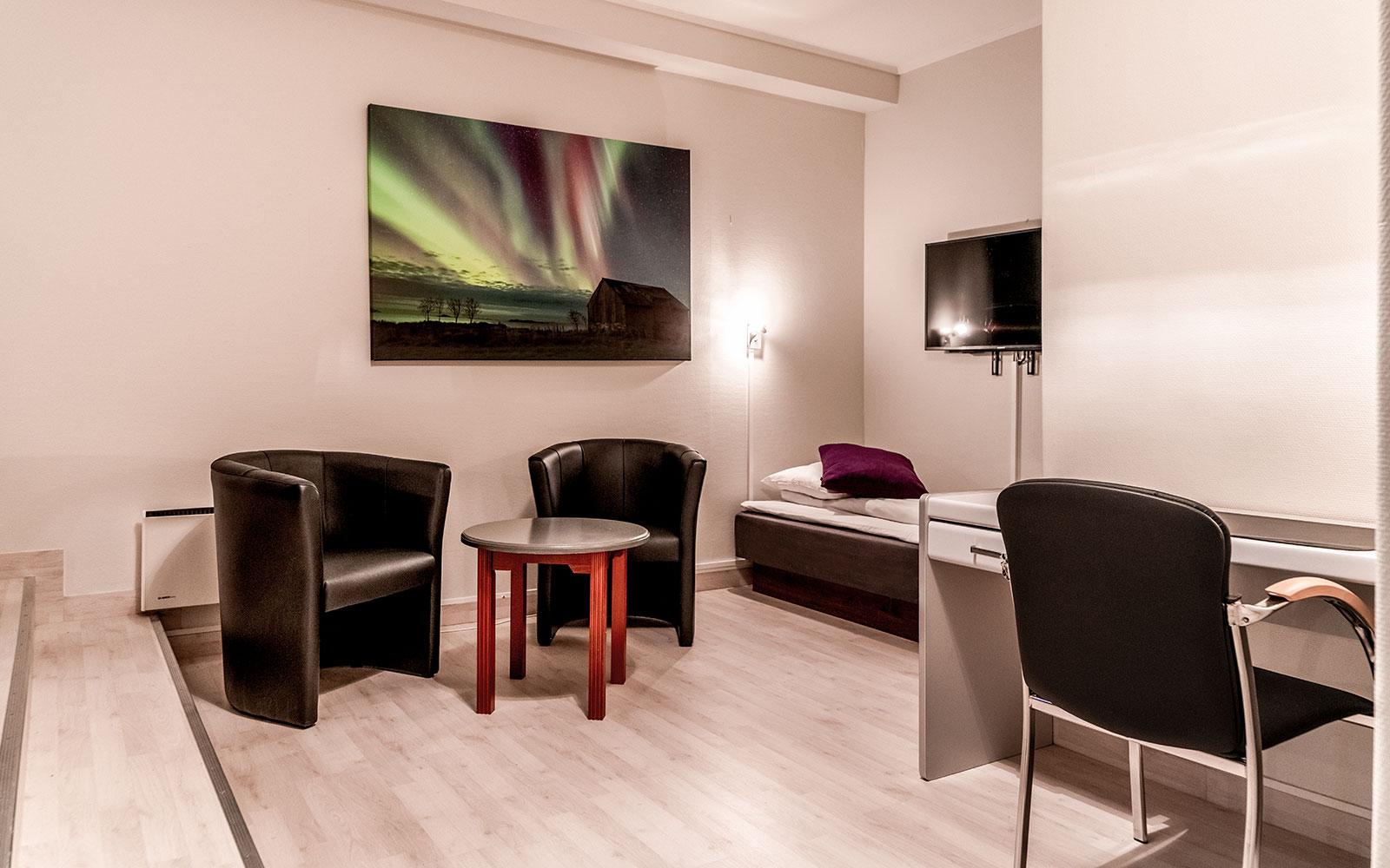 Melbu Hotel trippelrom - enkeltseng og stoler