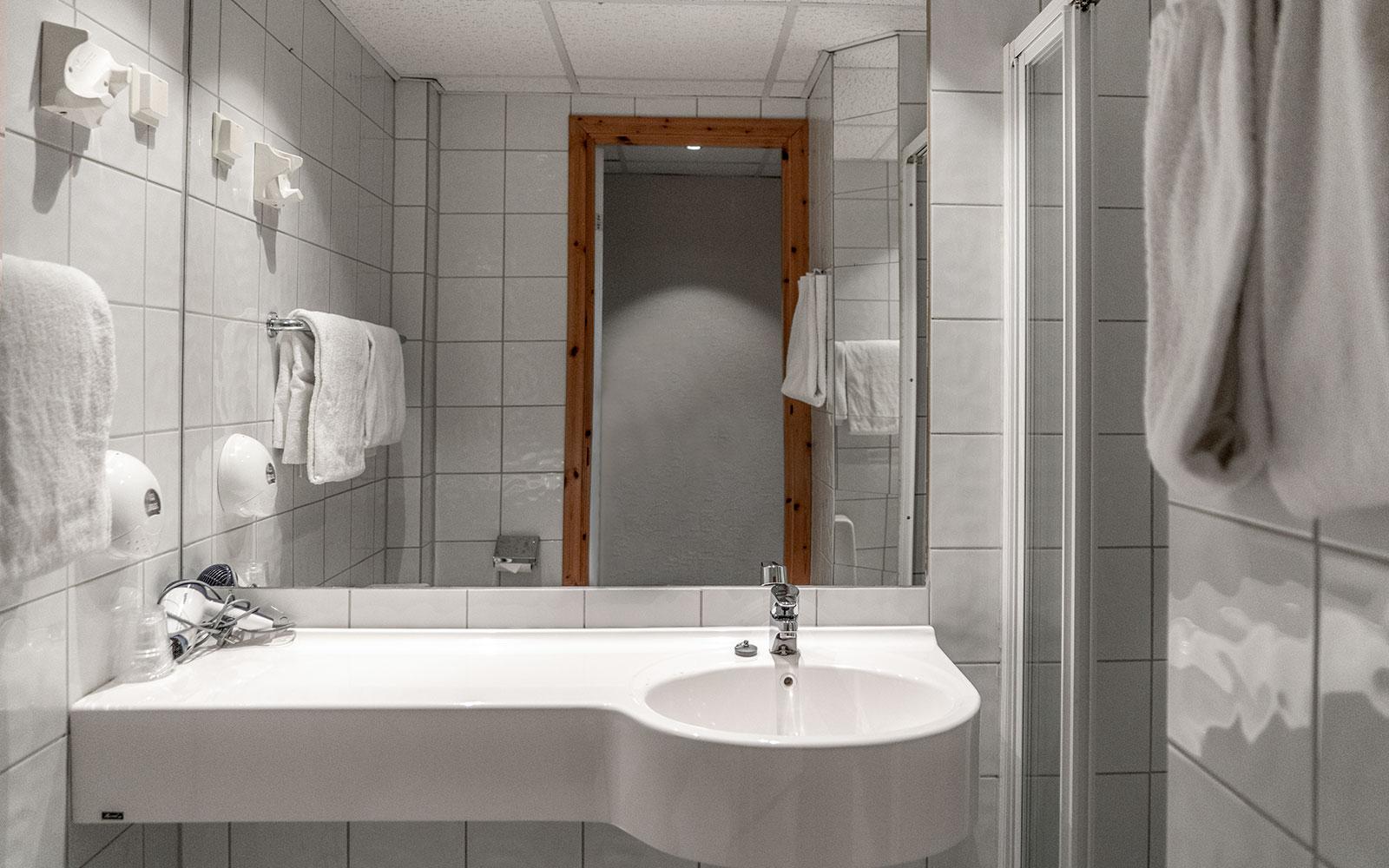 Dobbeltrom med balkong og havutsikt - bad og dusj